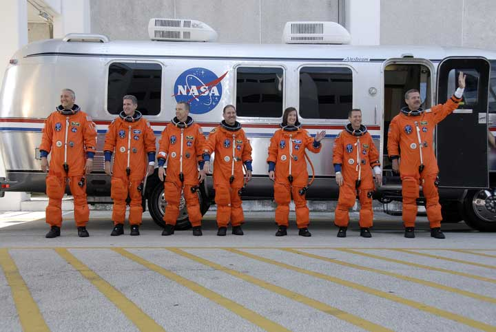 Crew am Astrovan; Credit: NASA