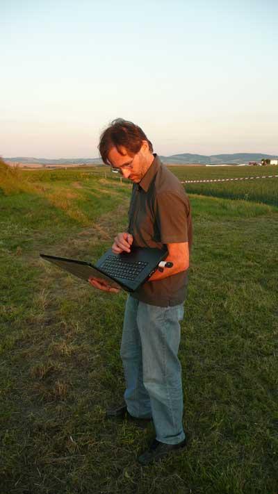 Markus Reithofer (Kuffner Sternwarte) auf der Suche nach dem Internet